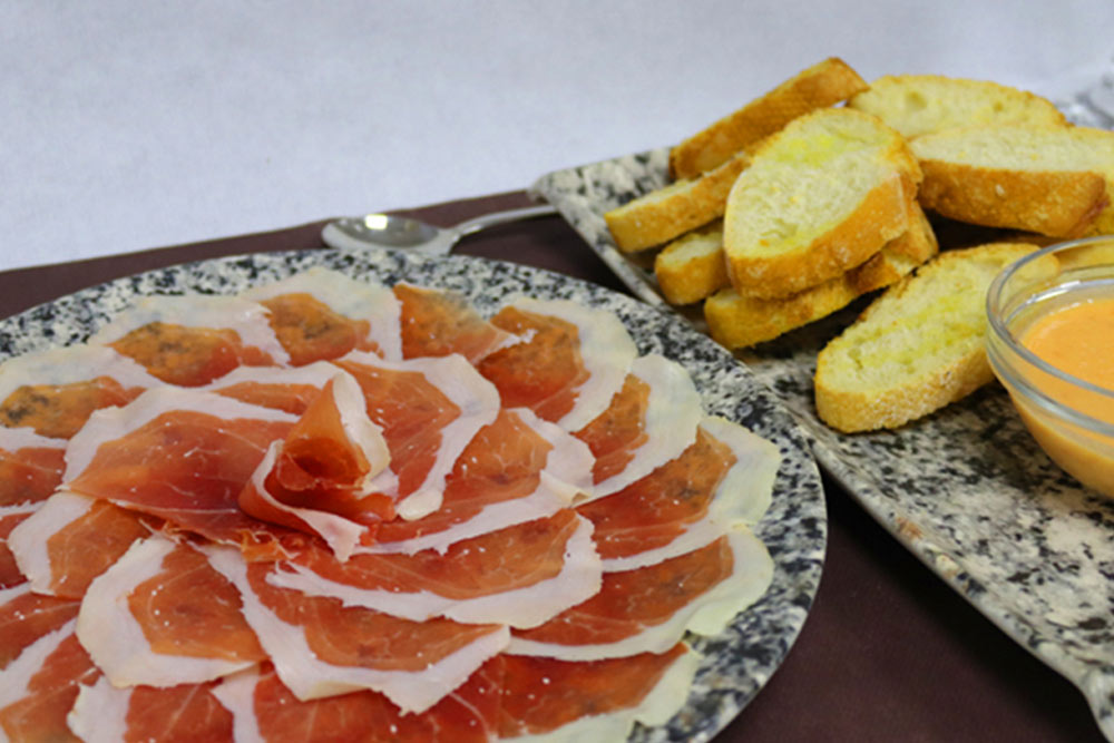 Jamón ibérico, pan caliente y tomate